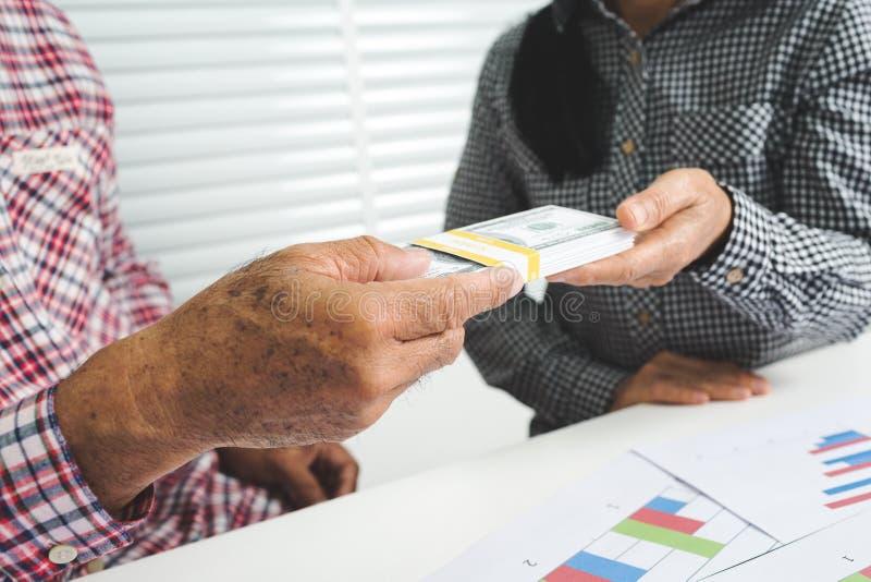 年长丈夫和妻子举行现金 免版税图库摄影