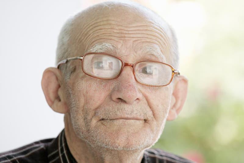 年长人室外纵向 库存照片