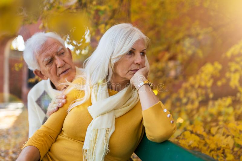 年长人慰问的沮丧的资深妇女 免版税库存图片