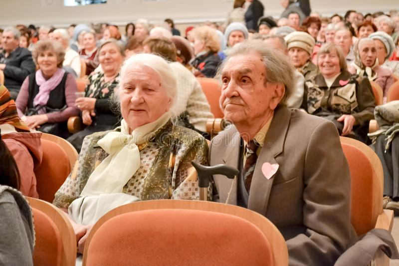 年长人的天在俄罗斯,一个音乐会在文化房子里, 图库摄影