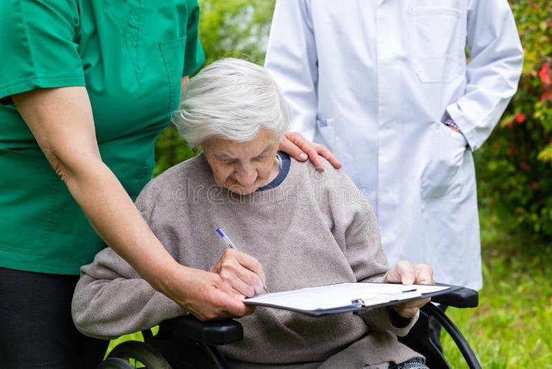 年长关心-保险形式 免版税库存照片
