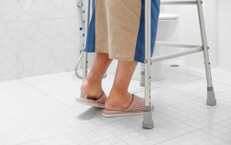 年长圆鼓的脚或肿鼓腿步行到卫生间里 免版税库存照片