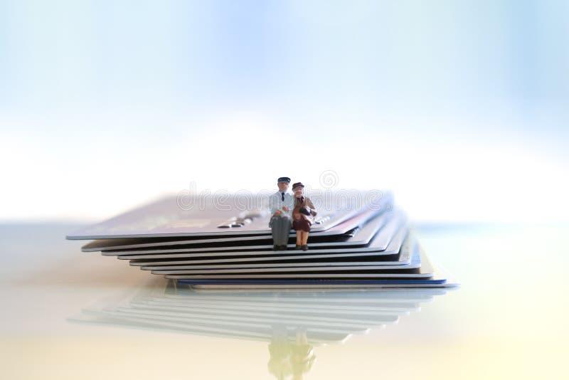 年长夫妇坐信用和借记卡在木桌上 库存图片