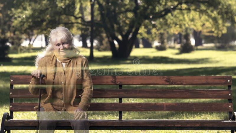 年长妇女错过的已故的朋友,女性消失,估计寿命 免版税库存照片