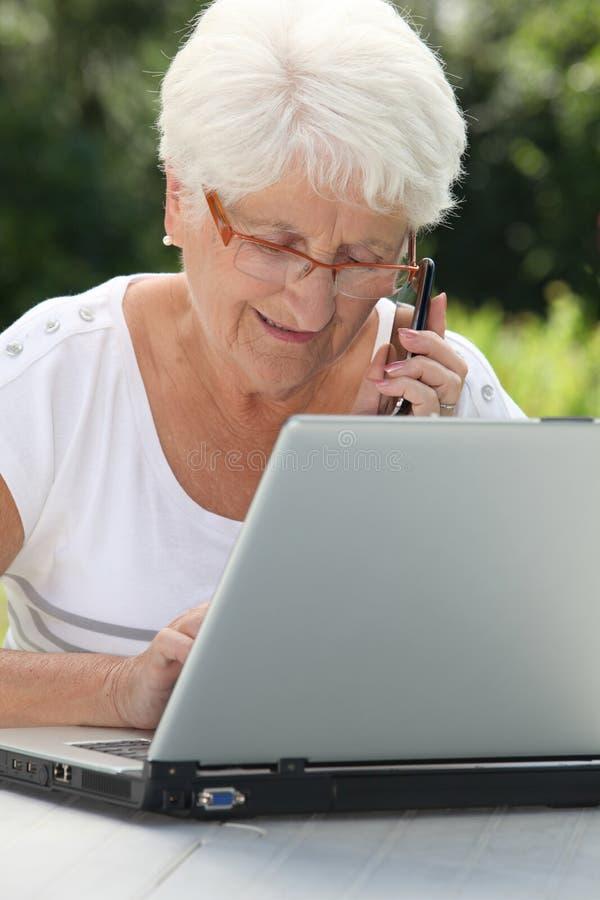 年长庭院妇女 免版税库存照片