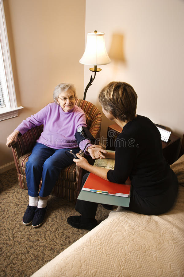年长的血液有压被采取的妇女 库存图片