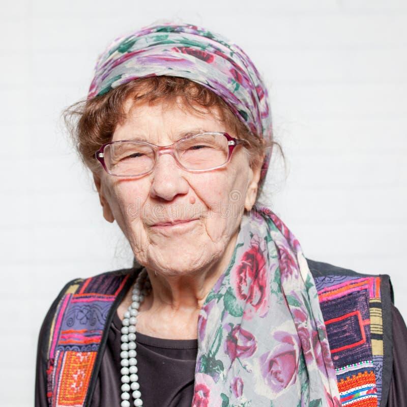 年长眼睛重点妇女 愉快的前辈 库存照片