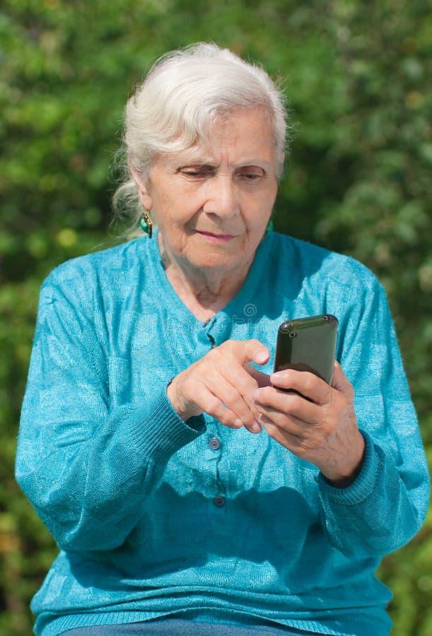 年长移动电话妇女 库存照片