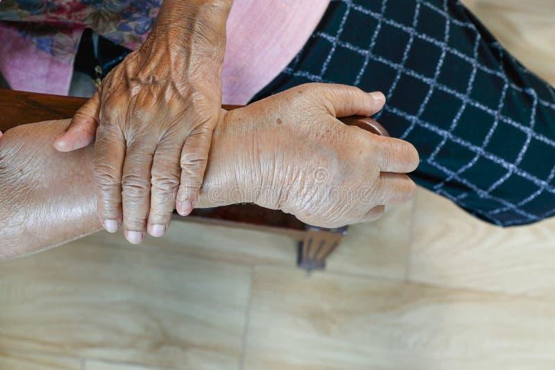 年长肿大的手或肿鼓手 免版税库存图片