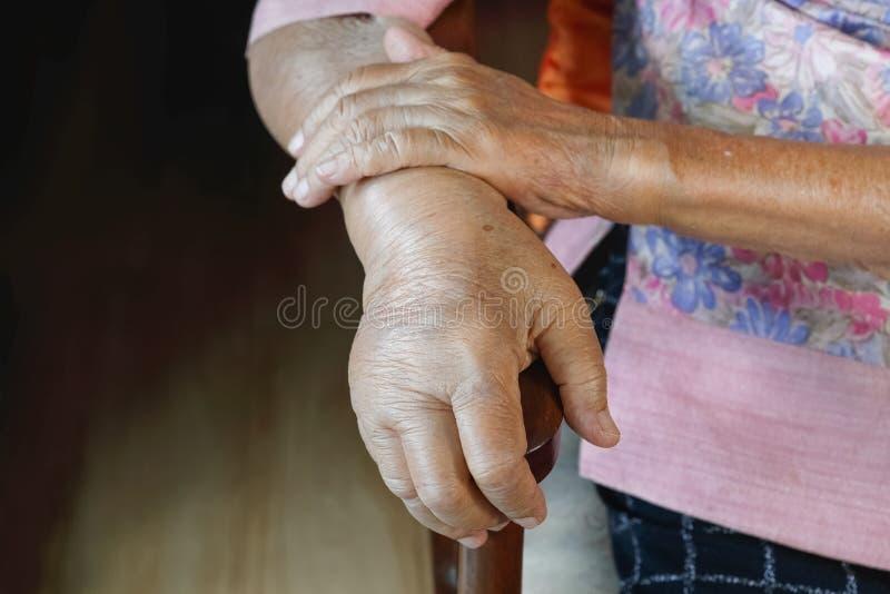 年长肿大的手或肿鼓手 库存图片