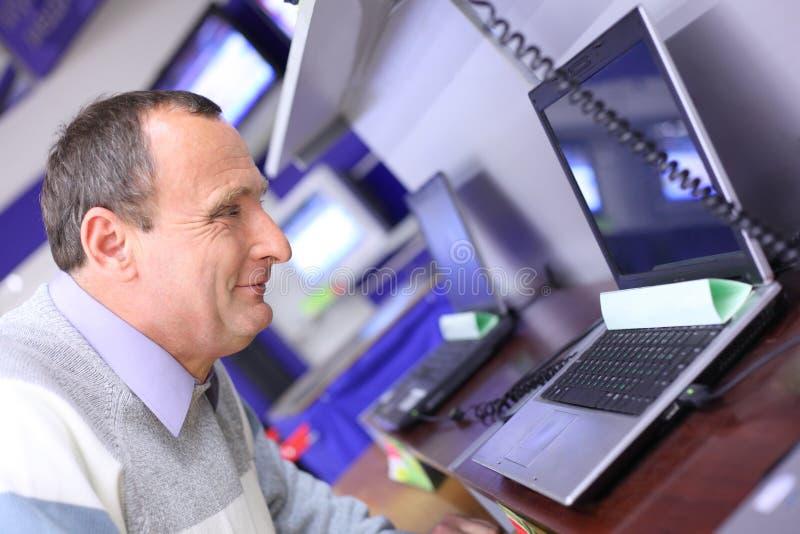 年长膝上型计算机查找人界面 免版税库存图片