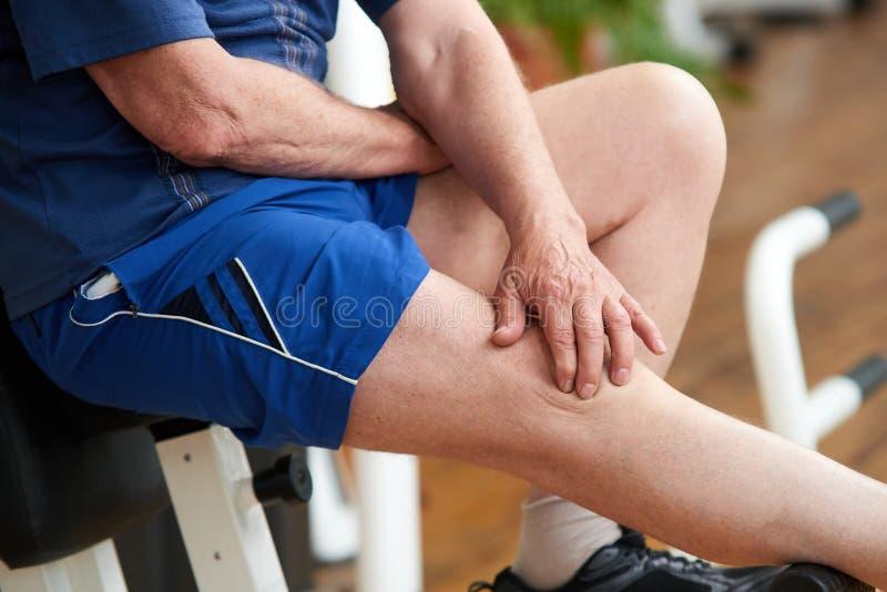 年长运动员以膝盖受伤 免版税库存图片