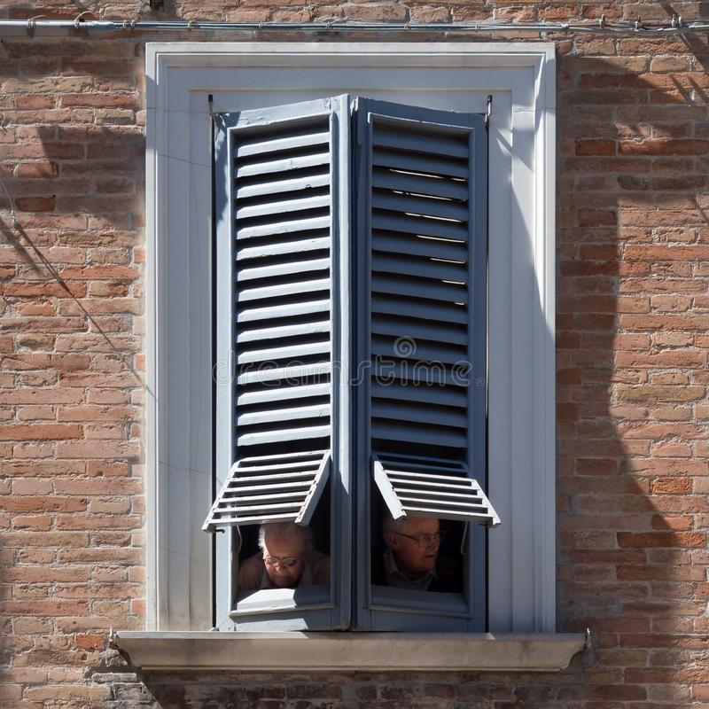 年长配偶从一个古老的宫殿的窗口观察 库存图片