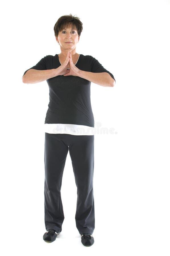 年龄中间位置高级舒展女子瑜伽 免版税库存照片