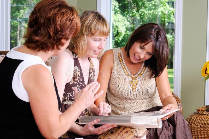 年龄中间名三妇女 库存图片