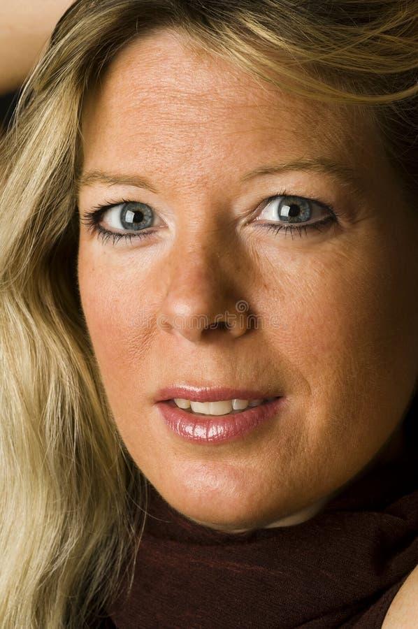 年龄可爱的白肤金发的女性中间俏丽&# 免版税库存照片