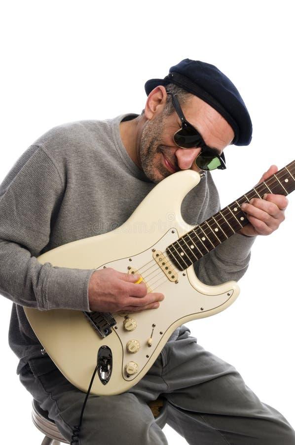 年龄吉他人中间音乐家使用 免版税库存图片