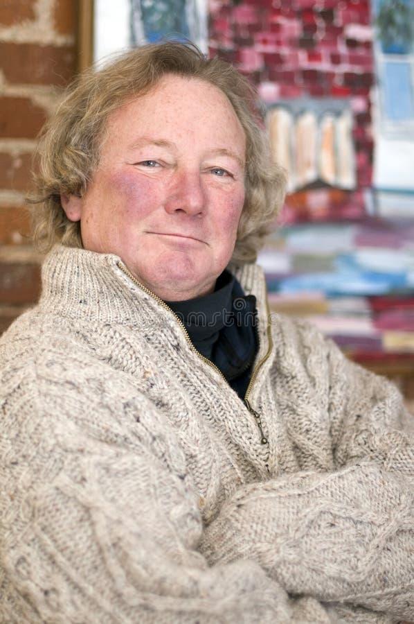 年龄头发长的人中间高级微笑 免版税库存图片