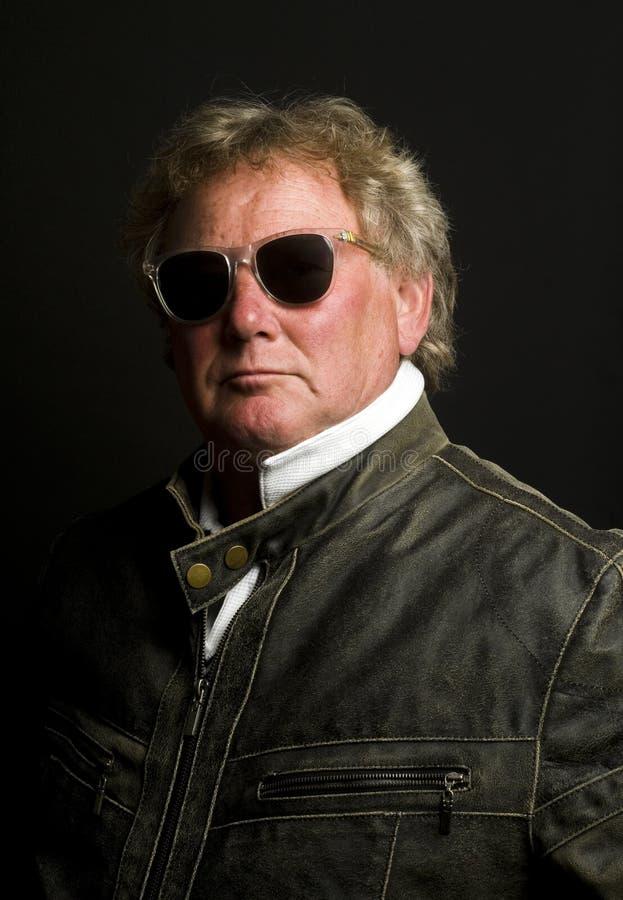 年龄英俊的夹克人中间摩托车前辈 免版税库存图片
