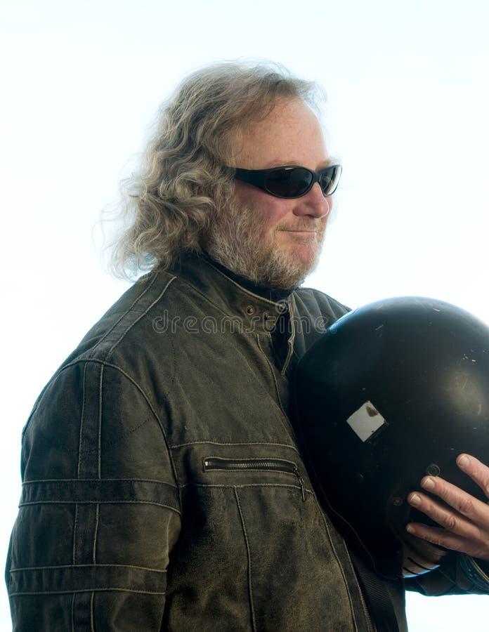 年龄英俊的盔甲人中间名摩托车 免版税库存照片