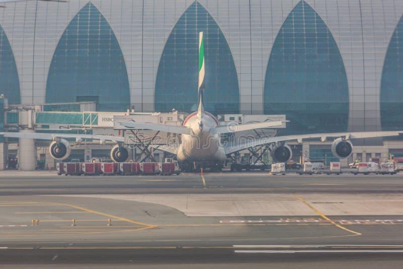 05 03 2018年,迪拜,阿拉伯联合酋长国:在迪拜国际机场380靠码头的空中客车,为做准备离开 酋长管辖区航空公司飞机 库存照片