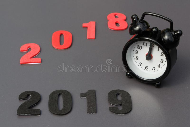 2018年,2019年和黑闹钟 免版税库存照片