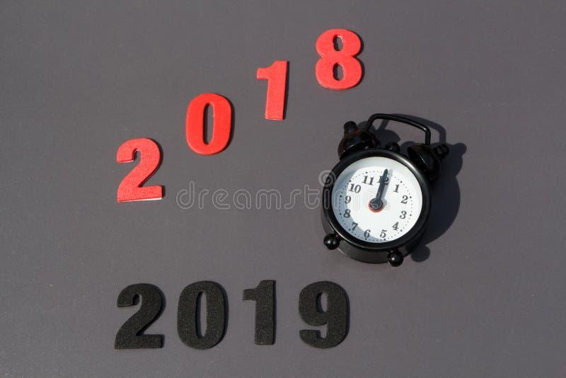 2018年,2019年和黑闹钟 库存照片