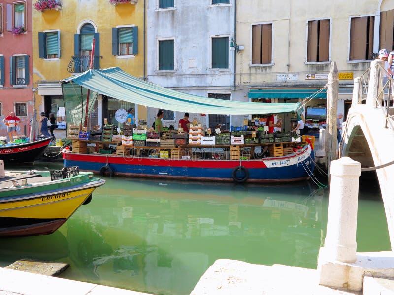 20 06 2017年, Venezia,意大利:浮动水果和蔬菜市场 库存照片