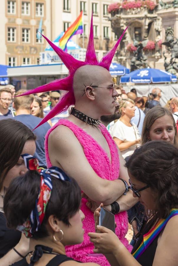 2018年:与照顾同性恋自豪日游行克里斯托弗街天CSD的桃红色尖刻的头发的亦称一个废物在慕尼黑,德国 图库摄影