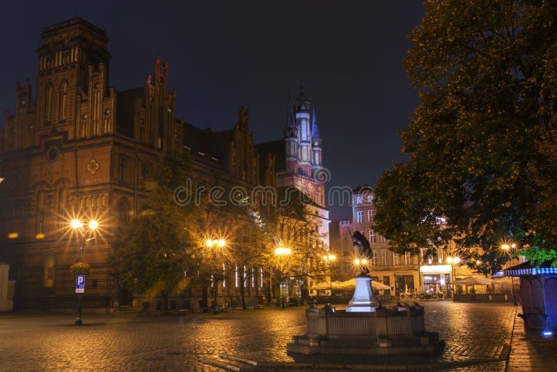 Download 2017年 10 20托伦波兰,托伦市街道夜视图,与城镇厅的老镇地平线,一东部EU的最大的大厅 编辑类库存图片 - 图片 包括有 横向, 东部: 102456464