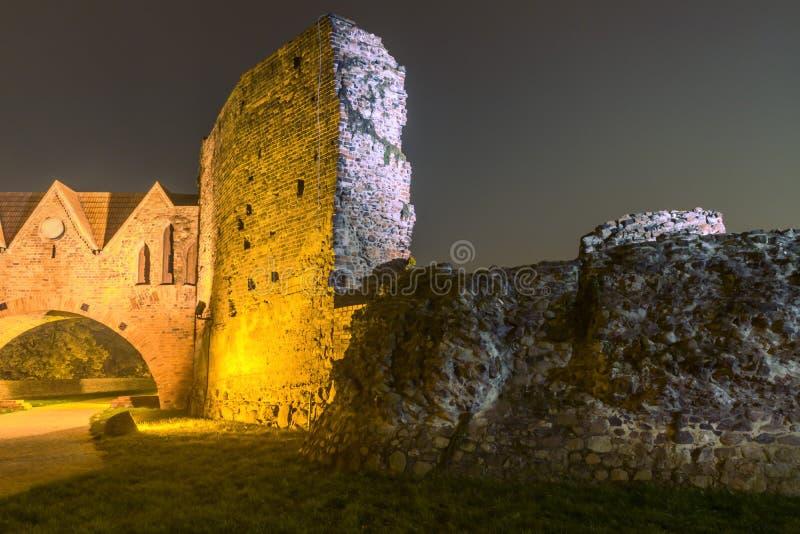 2017年 10 20托伦波兰,条顿人骑士在晚上防御在晚上被照亮的废墟,托伦历史建筑学, 免版税图库摄影