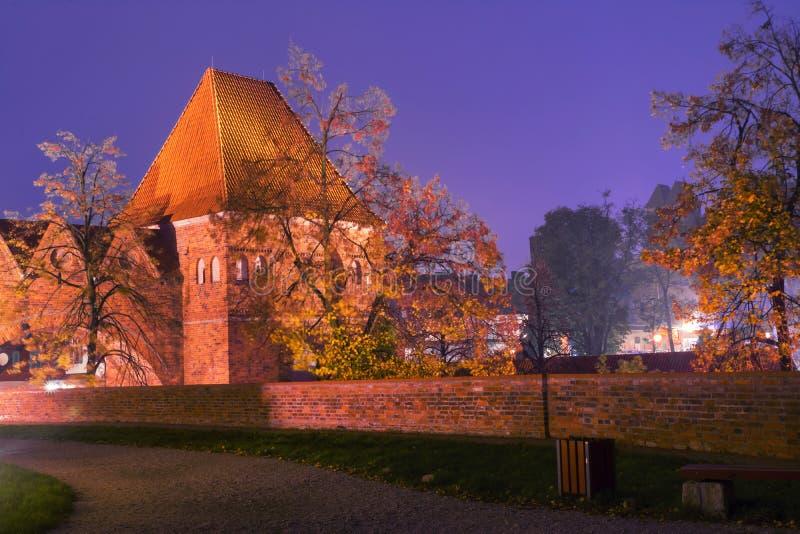 2017年 10 20托伦波兰,条顿人骑士在晚上防御在晚上被照亮的废墟,托伦历史建筑学  免版税库存照片