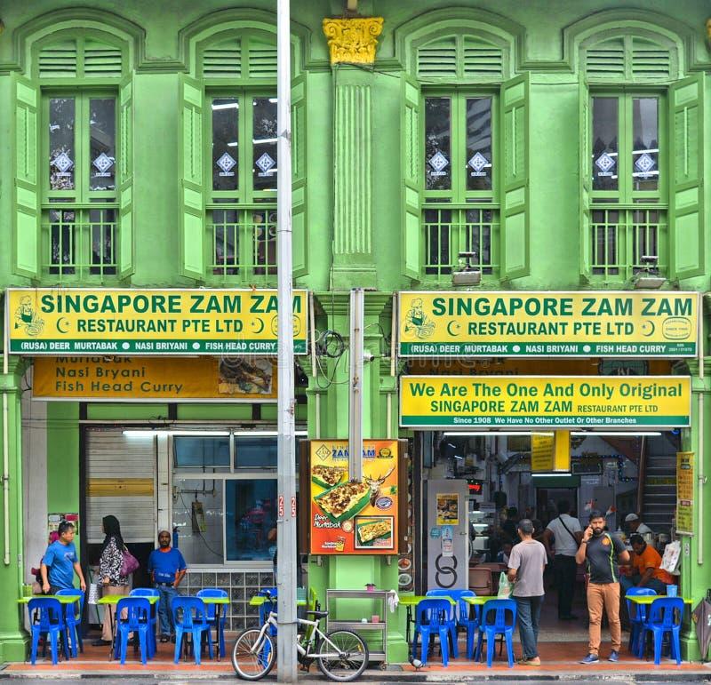 26 08 2017年 新加坡,在殖民地样式的五颜六色的绿色老历史大厦在一点现在印度区种族餐馆 免版税库存照片