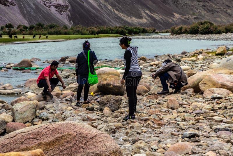 2016年6月,印度拉达克,游客在印度查谟和克什米尔阿纳塔纳格区利德尔河上休息 免版税库存照片