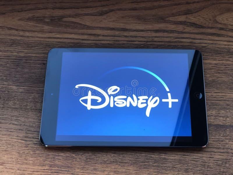 2019年12月,意大利帕尔马:平板电脑屏幕上的Disney +公司徽标图标特写 Disney+视频流服务与视觉品牌 免版税库存照片