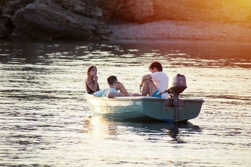 2020年5月,西班牙卡波德帕洛斯:在西班牙穆尔西亚海岸的Cabo de Palos海景中,三位朋友在船上放松 免版税库存照片