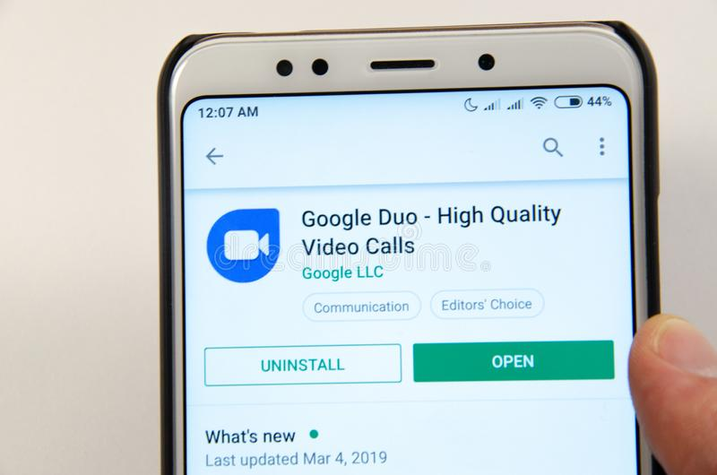 2019年4月 克拉马托尔斯克,乌克兰 在一个白色智能手机的流动应用谷歌二重奏 免版税库存照片