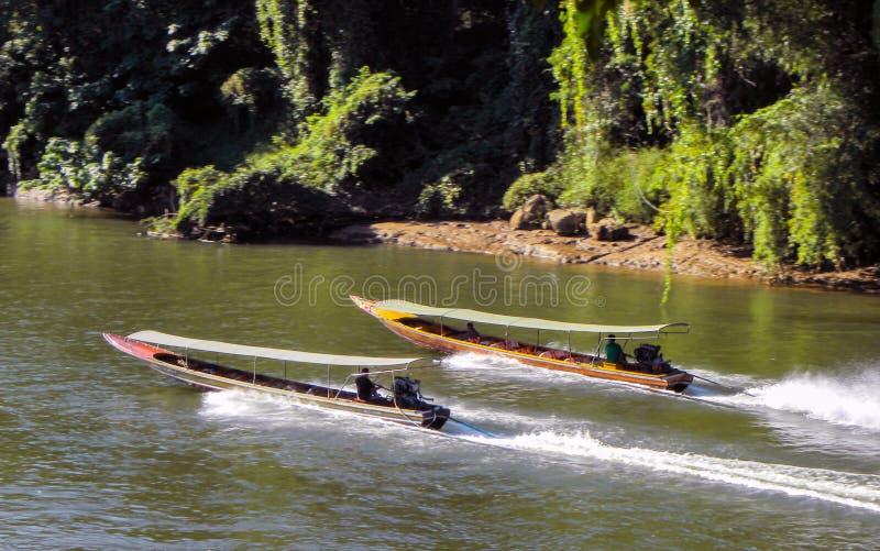 2018年11月-北碧,泰国-两条长尾巴小船驾驶河Kwai 免版税库存照片