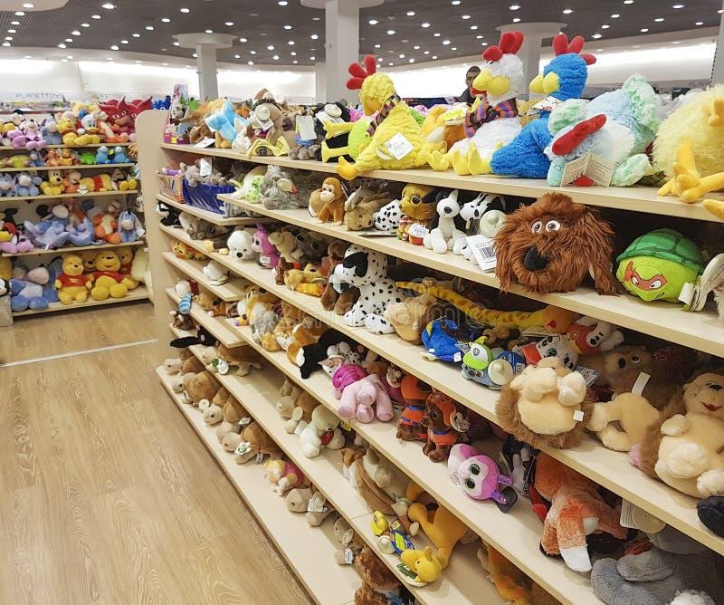 2017年2月11日与软的玩具的婴孩蓬松童年动物乌克兰架子软性在商店 免版税图库摄影