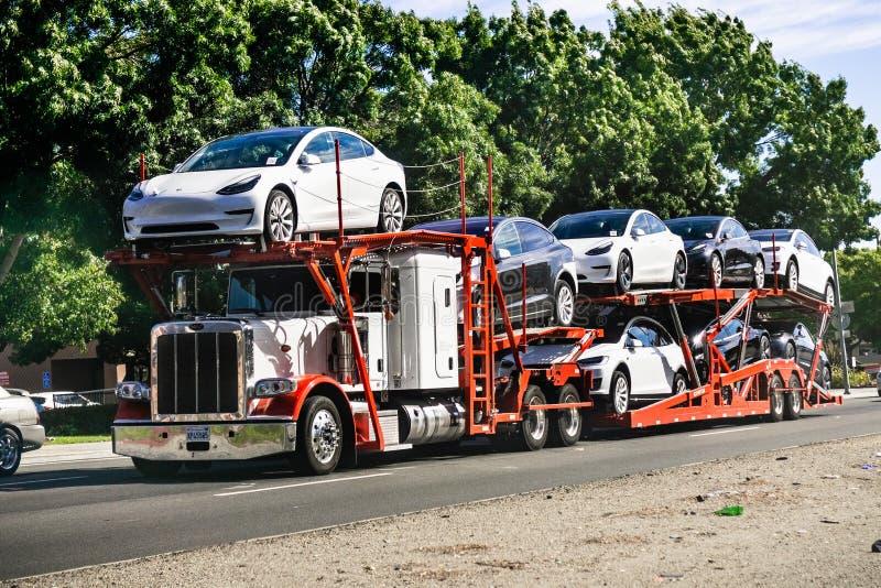 2019年6月28日佛瑞蒙/加州/美国-汽车运输者运载从附近的公司工厂的特斯拉模型3新的车,东部圣 库存图片