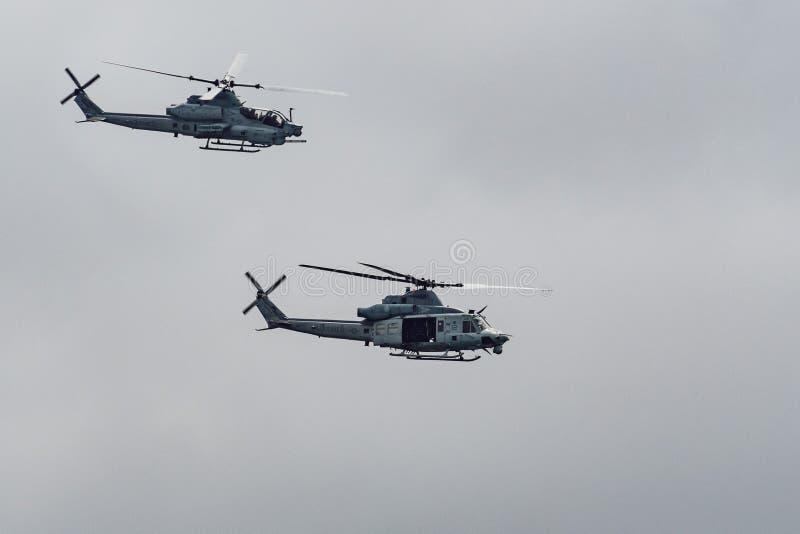 2019年6月14日佩斯卡德罗/加州/美国-飞行接近太平洋海岸线的两架海军陆战队员直升机;多云天空背景 免版税库存照片