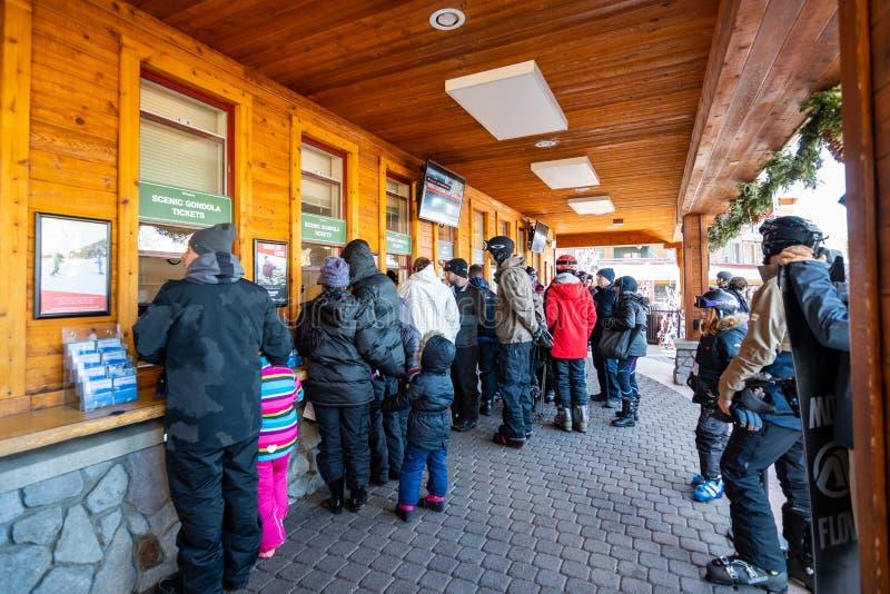 2018年12月26日南太浩湖/加州/美国-买天堂般的风景长平底船和推力票的人们 免版税图库摄影