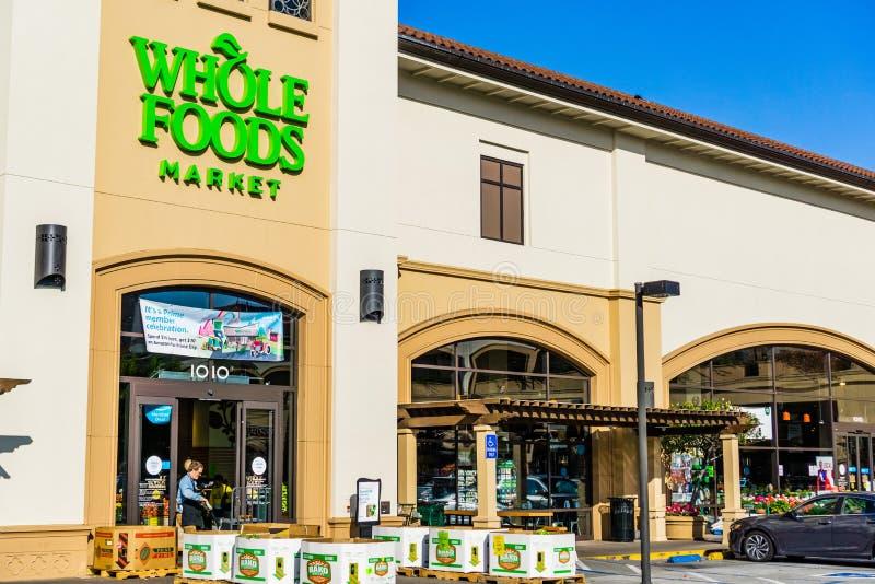 2019年7月4日圣马特奥/加州/美国-一个全食物超级市场的外视图;在入口上被显示的亚马逊头等天广告; 图库摄影