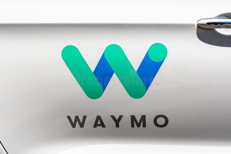 2019年7月16日山景城/加州/美国-关闭Waymo商标在驾驶汽车,在测试的他们的一自已一边在此 免版税库存照片
