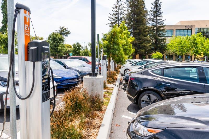 2019年6月24日山景城/加州/美国-电和混合动力车辆各种各样的品牌停放在南部的一个繁忙的充电站 库存图片