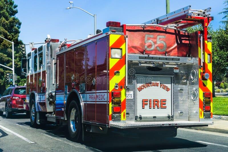 2018年8月6日山景城/加州/美国-驾驶在一条街道上的消防车后面看法在南旧金山湾区 库存照片