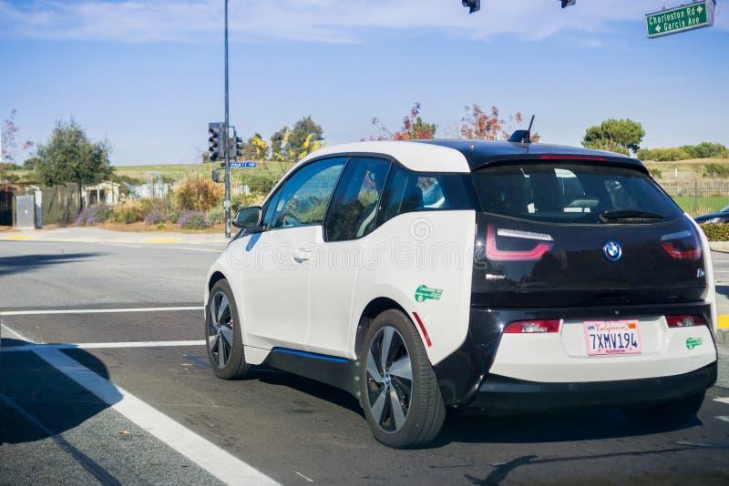 2017年12月13日山景城/加州/美国- BMW I3电动车停止了在一红灯在硅谷,旧金山 库存照片