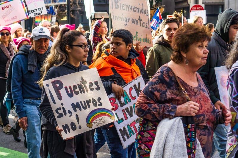 2019年1月19日旧金山/加州/美国-妇女的拿着标志的3月参加者 免版税库存照片
