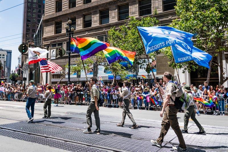 2019年6月30日旧金山/加州/美国-美国代表的童子军参与在农贸市场上的SF骄傲游行的 库存图片