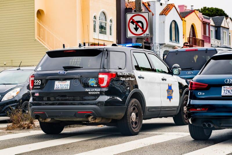 2019年7月4日旧金山/加州/美国-警车在车后的一条街道上停止了在干预时 免版税库存图片